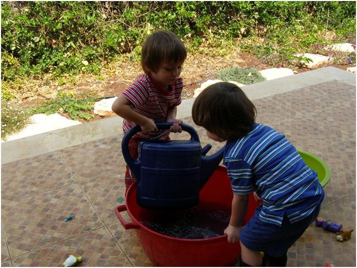 5 הפעלות מים פשוטות ומגניבות לילדים ופעוטות