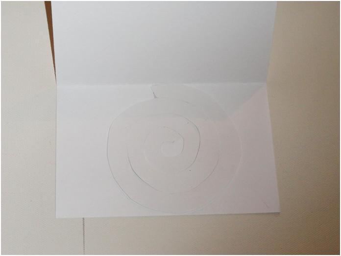 נניח את הספיראלה שגזרנו על החלק התחתון של הכרטיס