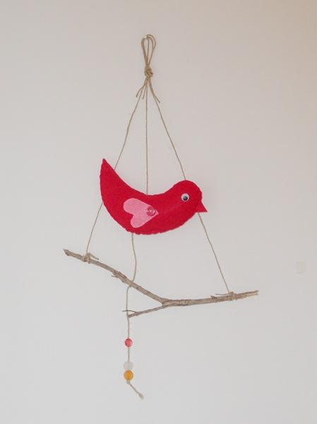 ציפור לבד על ענף