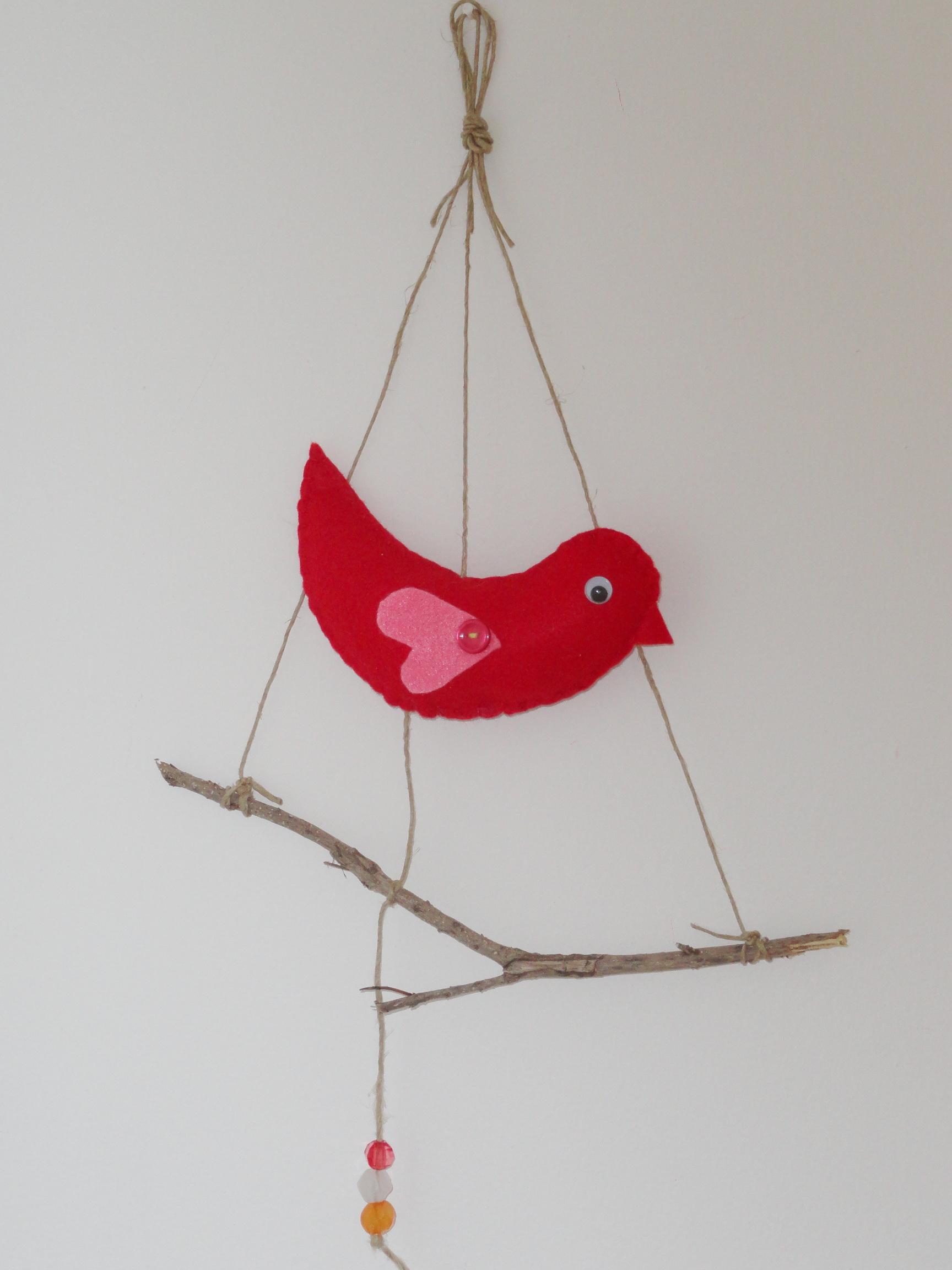 ציפור מלבד על ענף – קישוט לתליה