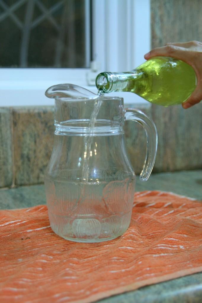 מוזגים את היין