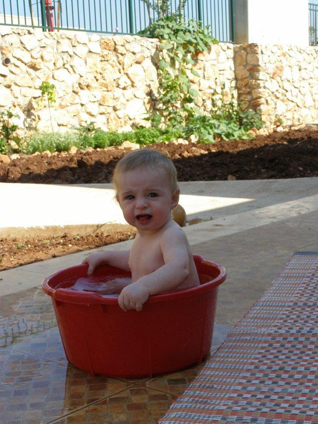אמבט גיגית בקיץ